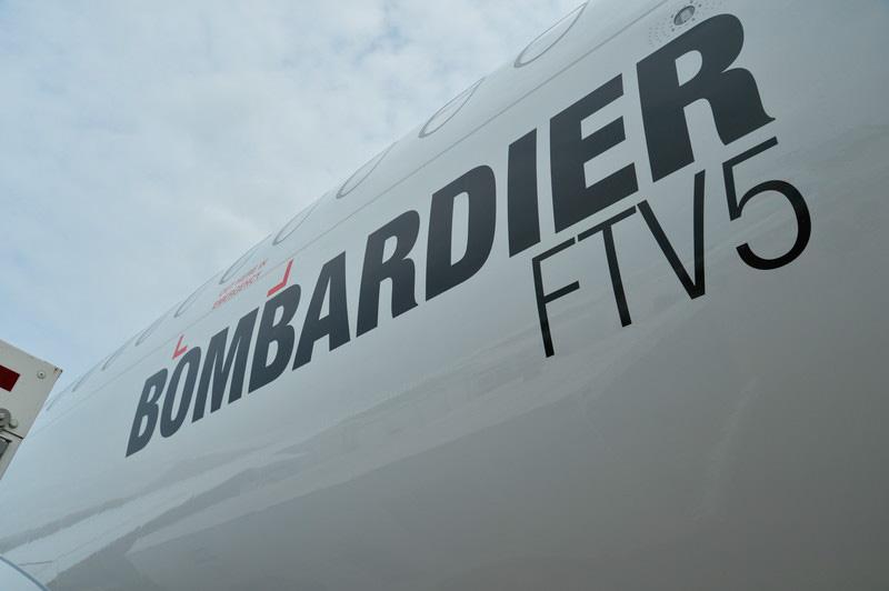 スイスインターナショナルエアラインズ塗装のCS100飛行試験5号機。コックピットの風防は、ボーイング787型機やエアバス350型機に似た大型の曲面ガラス4枚から成る