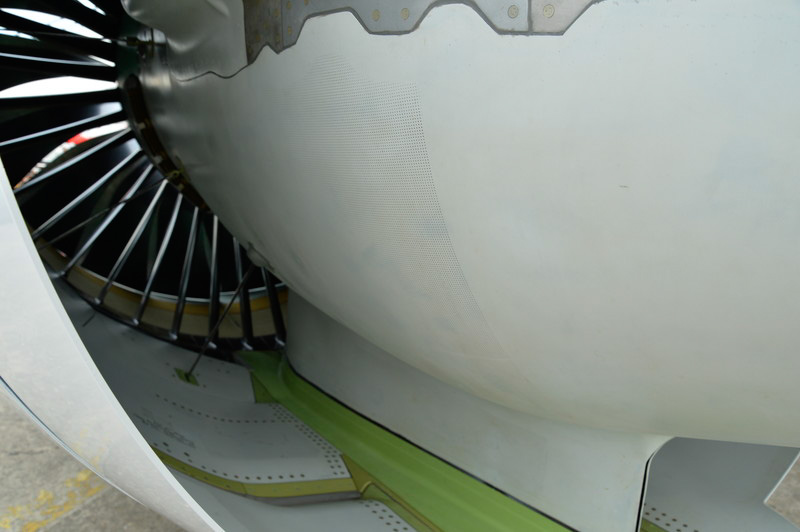 CS100に取り付けられたPW1500Gギヤードターボファンエンジン。ファンブレードはチタン・アルミニウム合金製で18枚。ファン入口(緑色の部分と黒の部分)とバイパスエア出口にメッシュ状の吸音ライナが多く配され、騒音低減への配慮が伺える