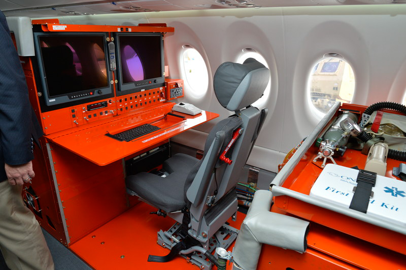 飛行試験機なので、試験装置も搭載されている