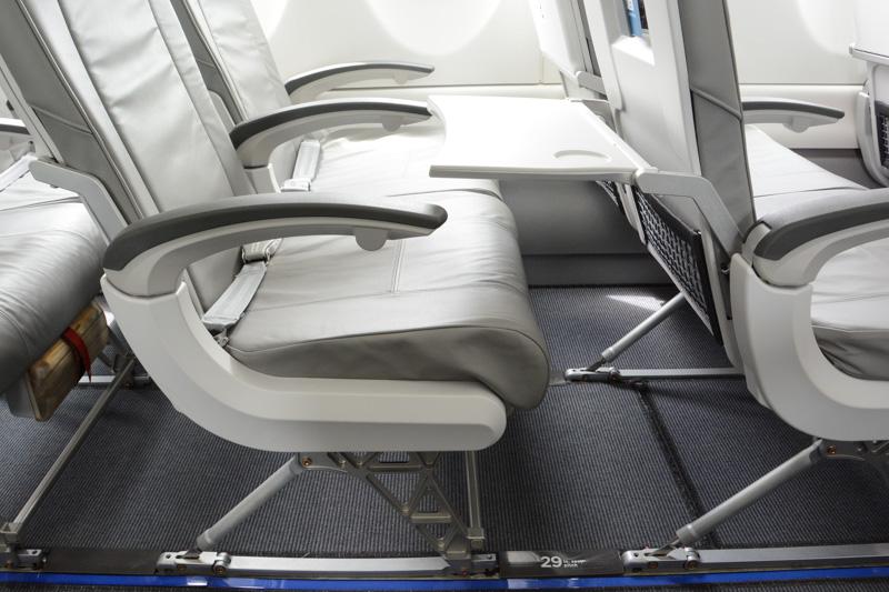エコノミークラスの座席。2-3の横5列配置。窓も大型化されており、開放感が増している