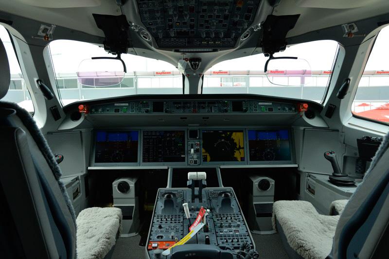 CS100のコックピット。5枚の大型の液晶からなるグラスコックピットで、両席にHUDも備える
