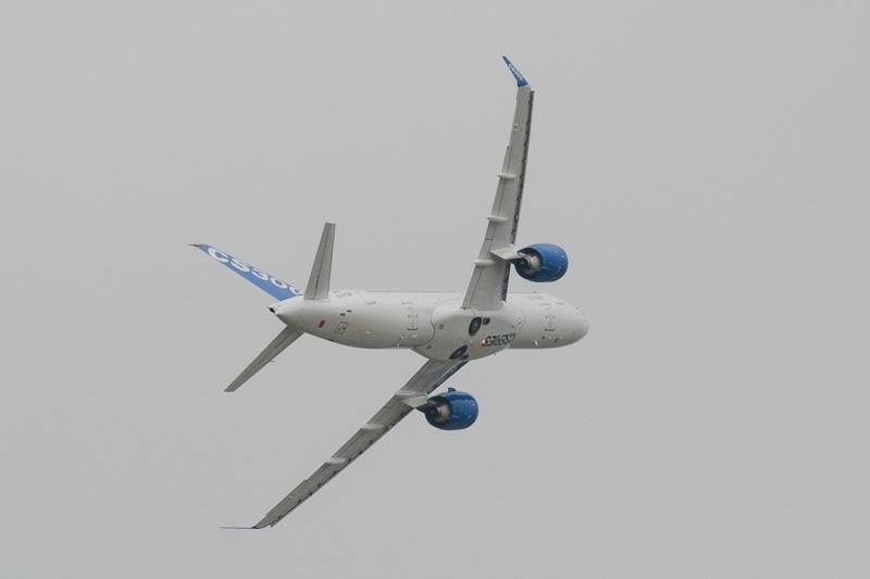 飛行展示を行なうCS300