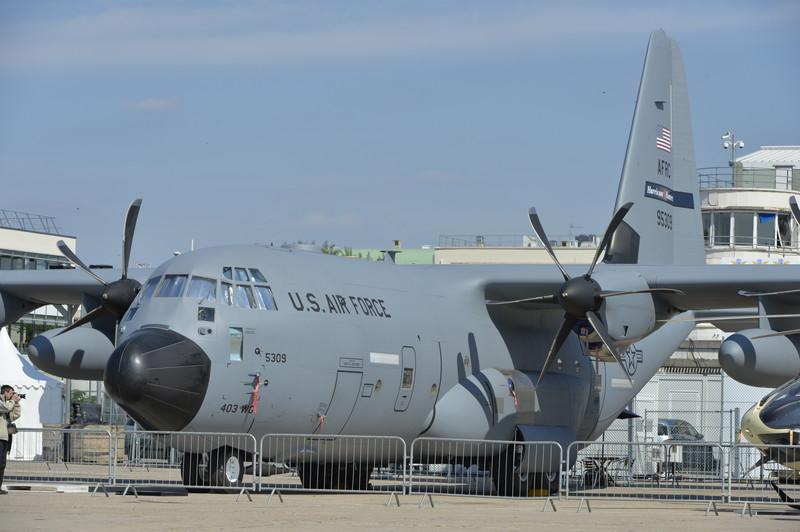 キースラー基地(ミズーリ州)の第53天候偵察飛行隊所属のWC-130J「ハリケーンハンター」。熱帯低気圧の兆候が見られる場所を飛行し、その後の発達や進路予測のためのデータを取得する。ベース機体は「C-130」で、気象観測のためのドップラーレーダーやゾンデなどが搭載されている