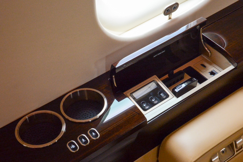 座席脇のポケットにはスマホ収納ケースなども。HDMIや有線LANコネクタもあり、ビジネスのプレゼンなども考慮されていることが分かる