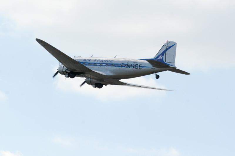 エールフランスが所有したダグラス製プロペラ機「DC-3」の飛行展示