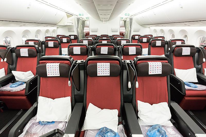 プレミアムエコノミー全景。座席配置は2-3-2の7アブレスト仕様。1クラス上の快適度