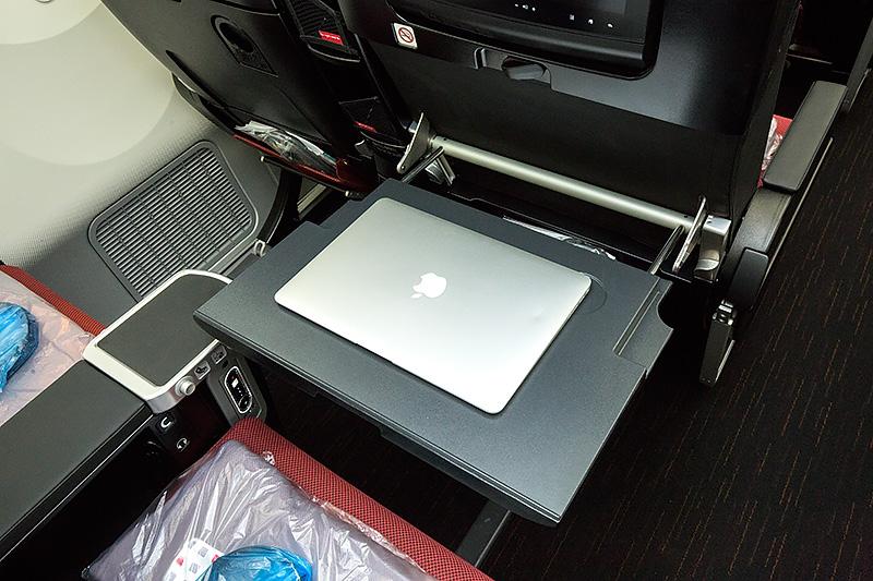 エコノミークラスとは別格の広さのテーブル。MacBook Airの13インチモデルも余裕で搭載