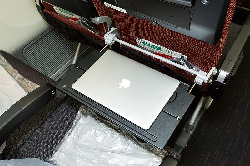 テーブル3形態。天板はMacBook Airの13インチモデルがギリギリ載る大きさ