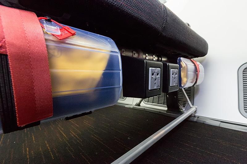 787-9のSKY WIDER IIでは、エコミークラスでも各座席に1つのユニバーサル電源ポートを用意する