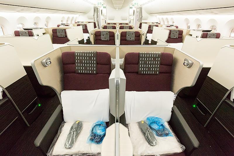 ビジネスクラス全景。座席配置は2-2-2の6アブレスト仕様。窓側の2席はスタッガード配置で、全席通路アクセス可能。中央2席は平行配置なので、ペアで乗る人にお勧め