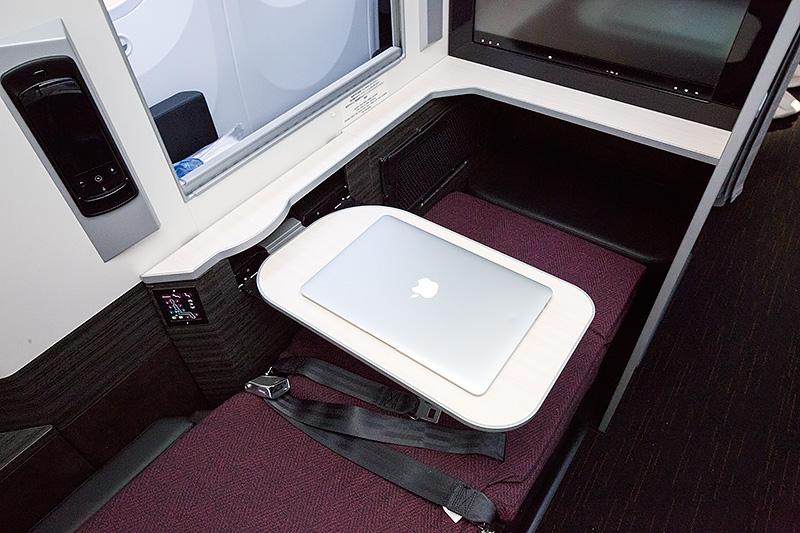 テーブルは片持ち式ながら強度のあるもの。MacBook Airの13インチモデルも余裕を持っておける