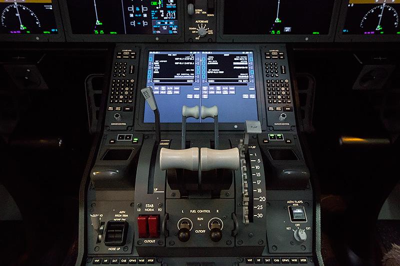 中央に4枚のLCDが並ぶ、ボーイング787-9のコクピット。現代の最新鋭旅客機らしさを一番感じる個所