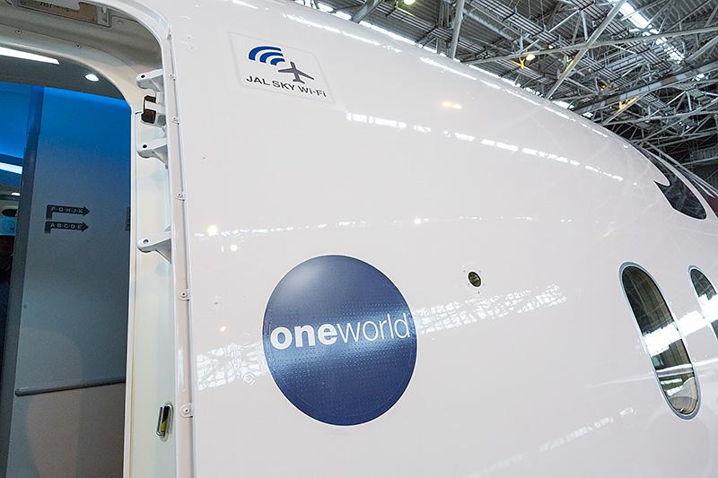 左側前方第1ドア。航空アライアンス「one world」のマークの上に、Wi-Fiサービス機であることを示す「JAL SKY Wi-Fi」のマークが。これも受領後の整備で貼られた