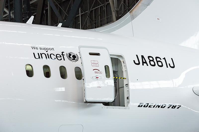 機体後部まわり。「JAL SKY SUITE 787」は、受領後の整備で貼られた。よく見ると、微妙にツヤが異なっているのが分かるだろうか?