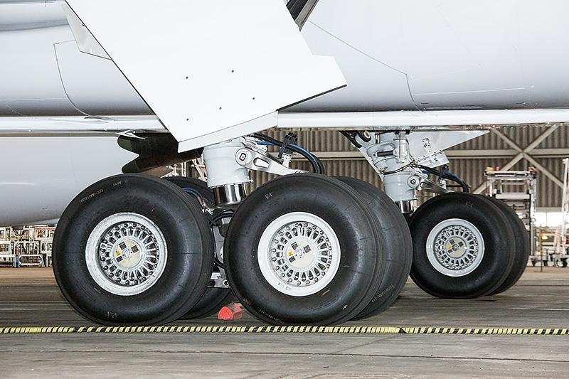 主脚と主輪。タイヤはブリヂストン製