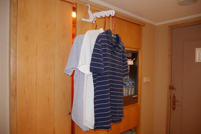 フックの角度を調節できるため、扉に引っ掛けても本体部分がほぼ水平となり、衣類も掛けやすくなる
