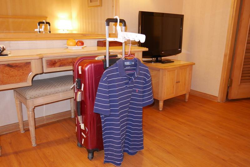 延ばしたスーツケースのキャリーハンドルに引っ掛けて使うことも可能だ