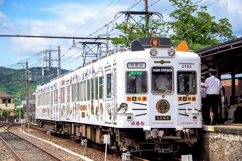 たま駅長をイメージした電車に猫の耳やヒゲがあるユニークな電車「たま電車」