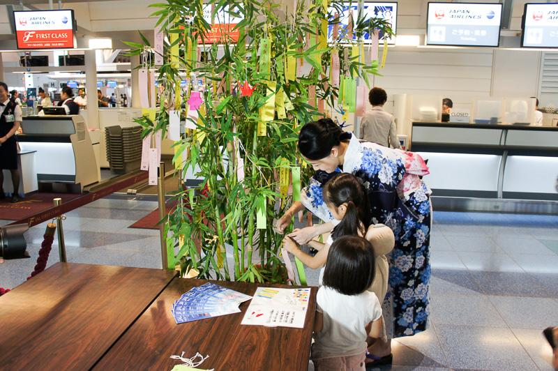 スタッフが手伝い子どもも短冊を笹に飾る