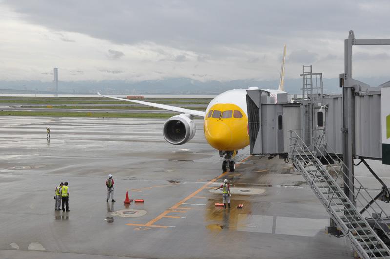 抽選会などしているときに初便到着。最新鋭旅客機ボーイング 787-9のスペシャル塗装機。地上スタッフはJALが担当
