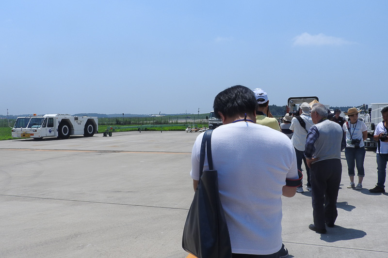 受講者たちは熱心に航空機の撮影を行なっていた