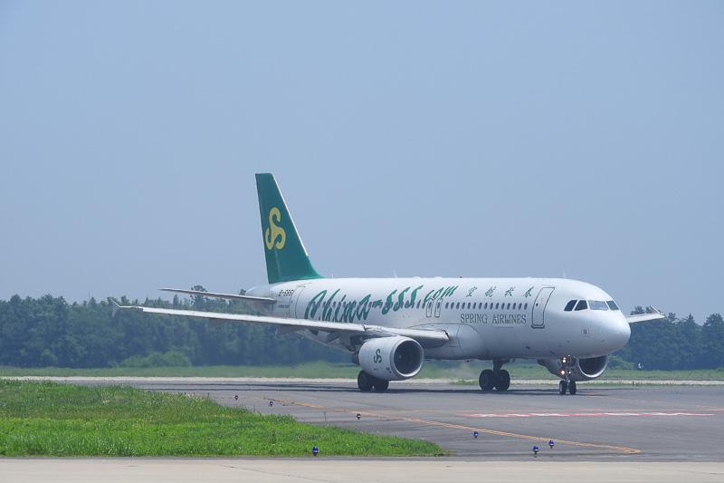 9C8987便が方向転換して、乗客を降ろす場所へ向かっているところ