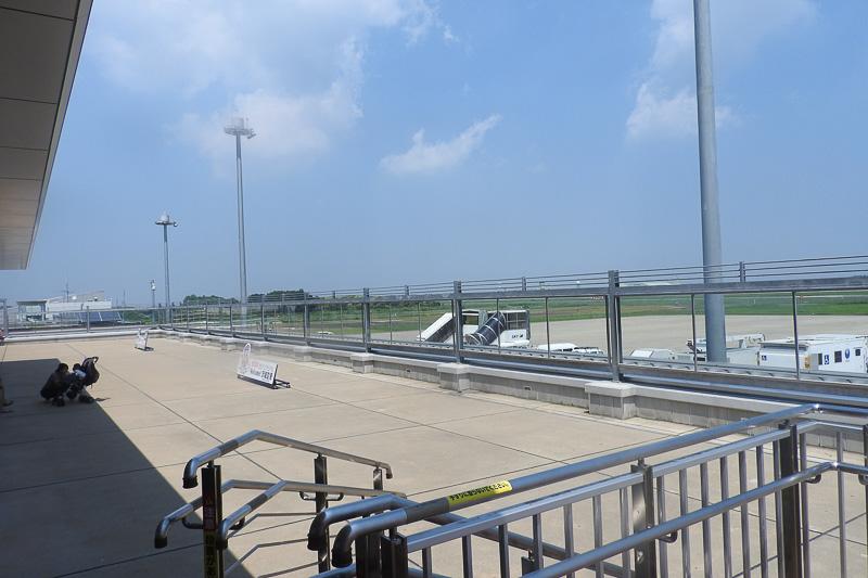 こちらは一般の客が入れる送迎デッキ。ここからでも航空機の撮影はできるが、やはりエプロンほどは近寄れない