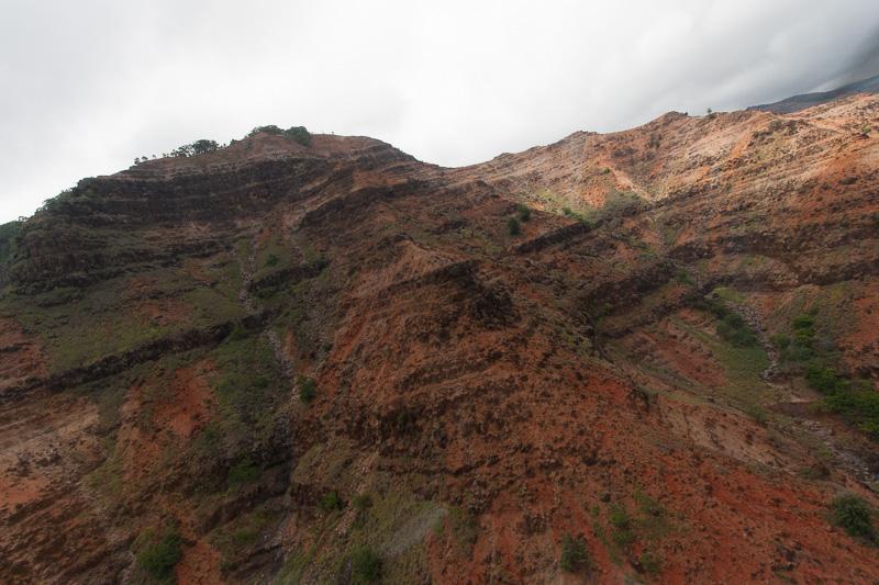 滝を見た後は、カウアイとの中央部を北上してナパリ・コースト方面へ。自然浸食の様々な地形を見られる