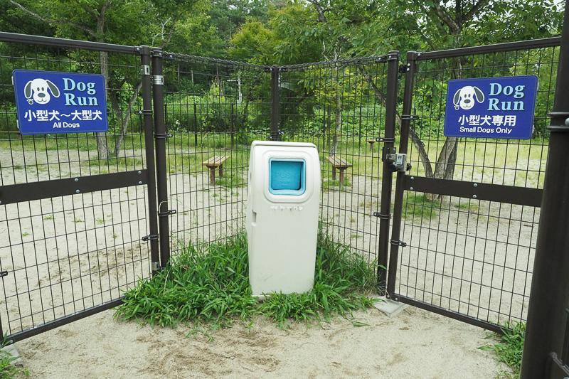 ドッグラン内は小型犬専用エリアと小型犬~大型犬エリアに分かれていました。みちおは中型犬なので左の小型犬~大型犬エリアで遊びました。ペット専用ごみ箱もあるので、道中やドッグラン内でトイレをしたときは捨てられます