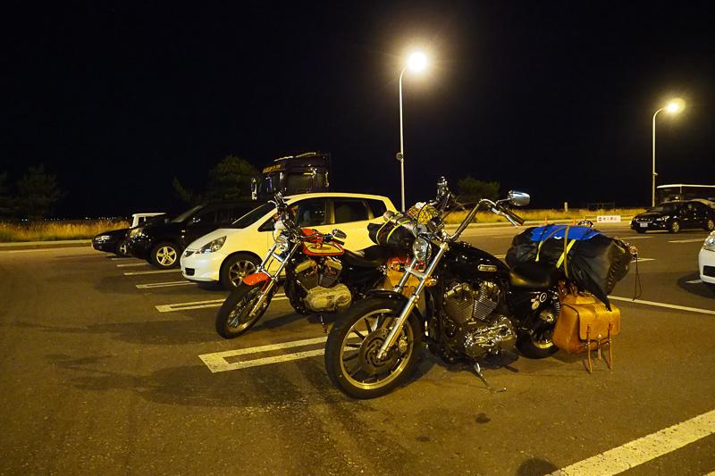 駐車場には北海道に向かう車やバイクがたくさん停まっていました。キャンプ道具を乗せたバイクがうらやましい!(笑)