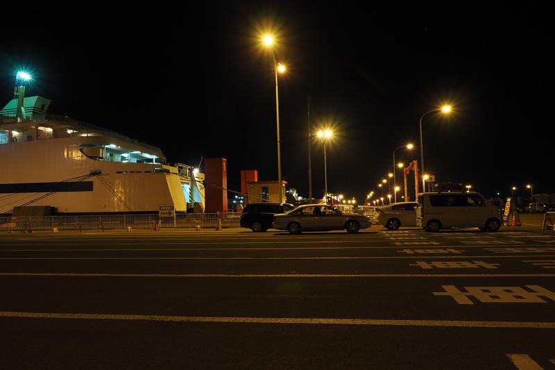 01:30。乗船口前にだんだん車が集まってきました