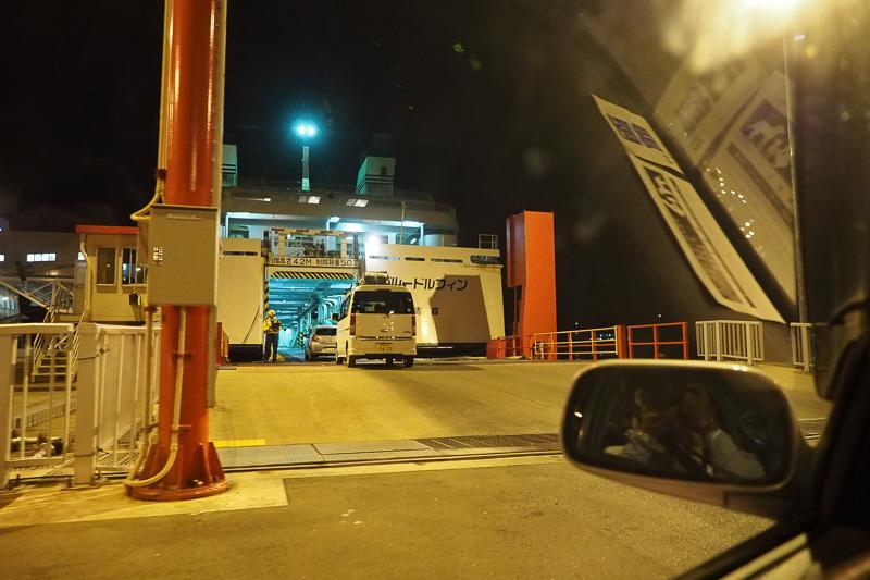 01:50。いよいよ乗船開始です。車両誘導員の案内に従って移動します