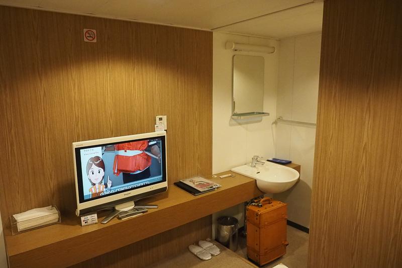 洗面台で歯と顔を洗います。乗船前に貴重品と最小限の着替えをトランクに詰めて、船室に持ってきました
