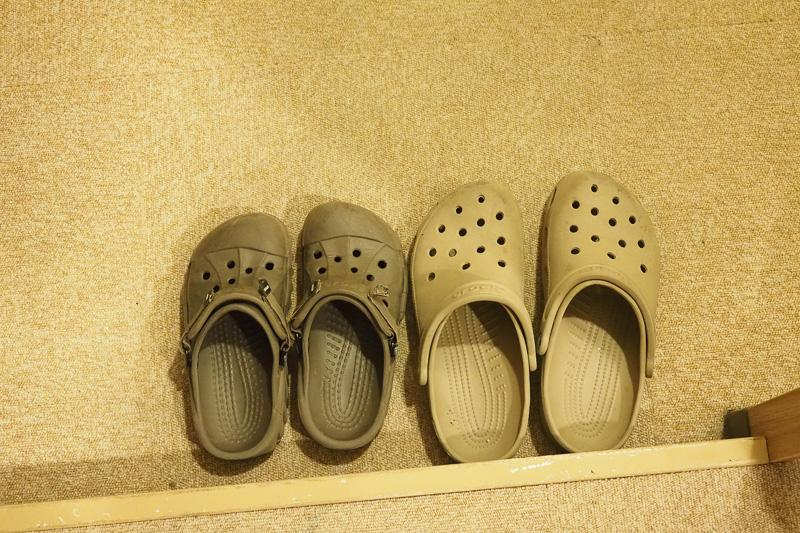 車から降りるとき、靴からクロックスに履き替えました。フェリー内では靴の脱ぎ履きがあるので、サンダルを持ってきた方が便利ですよ