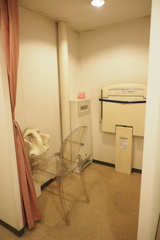 赤ちゃんルーム(女性専用。小児、乳児は入室可)。おむつ交換台やチャイルドシート、授乳時のカーテンなどが用意されています。赤ちゃんルーム内に授乳スペースは2つありました
