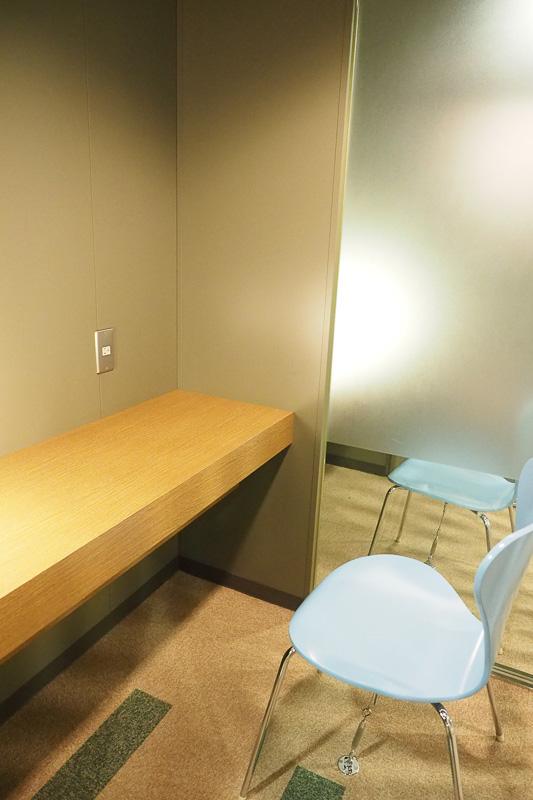PCルーム。机とイス、電源が使えます。出張などのお仕事に便利そう