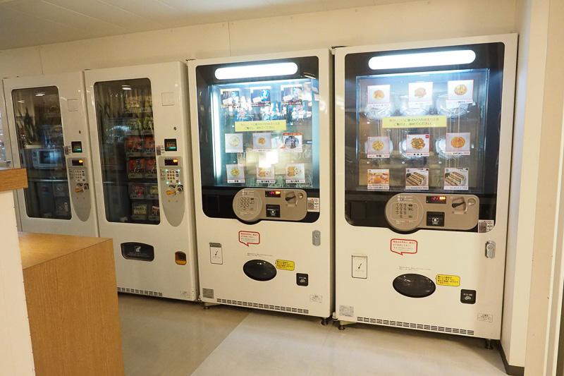 食品の自動販売機。軽食やカップ麺などが購入できます