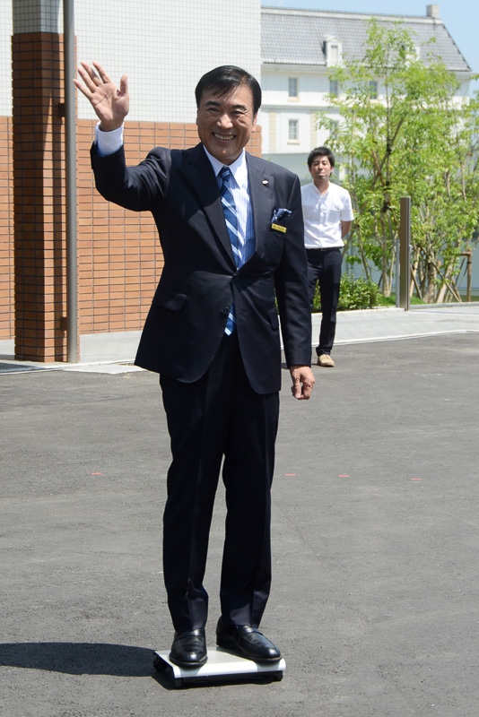 プレスカンファレンスに登場するハウステンボス株式会社 代表取締役社長 澤田秀雄氏は、持ち運べる自動車を片手に登壇。将来、このホテルで採用される技術の1つになる予定となっている