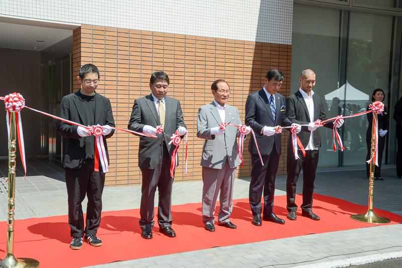 設計に携わった東大生産技術研究所准教授 川添善行氏などが揃ってテープカットの式典