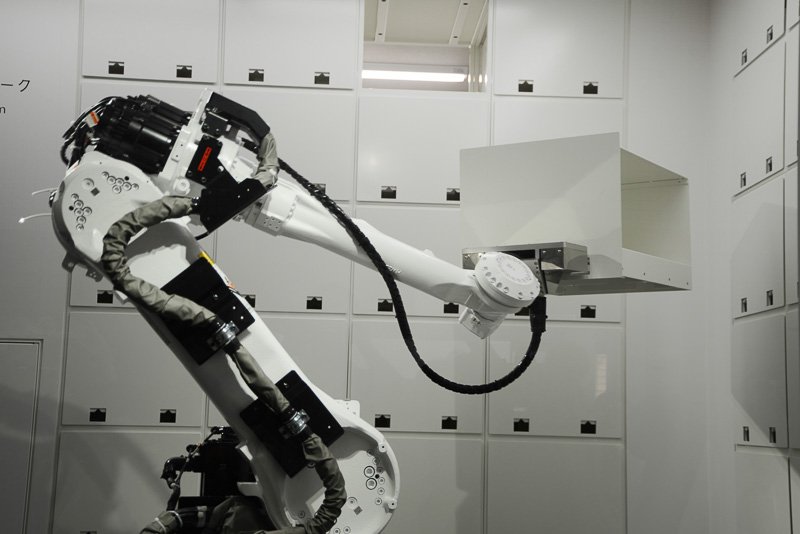 ロボットがロッカーからコンテナを出し入れする