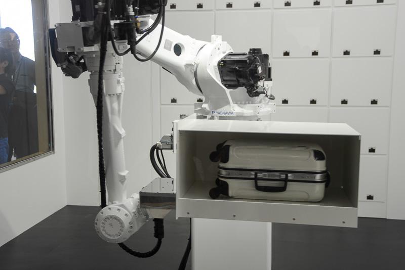 ロボットがコンテナを運びロッカーに収納する