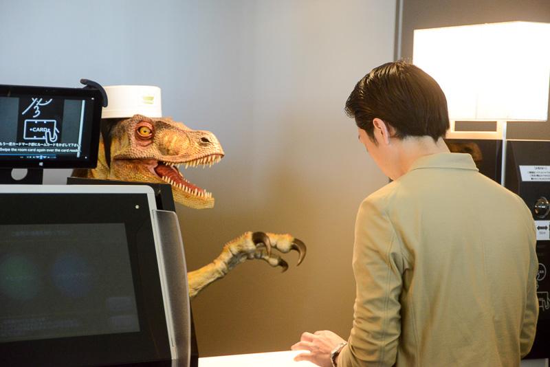 フロントでは恐竜型ロボットや人型ロボットが対応