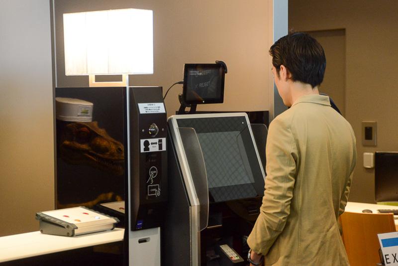 基本的にはロボットがガイダンスし端末を宿泊客が操作する。ここで認証用に顔が登録され宿泊時のカギとなる