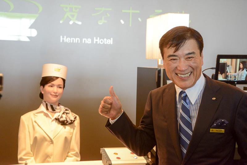 人型ロボットを紹介する澤田社長