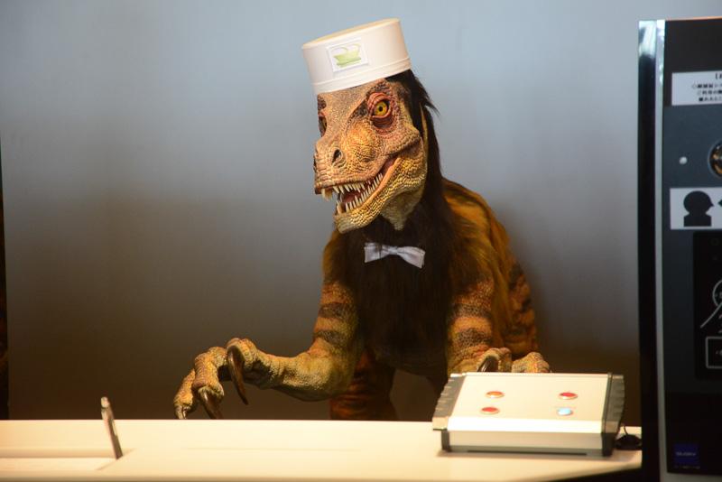 恐竜型ロボットが対応