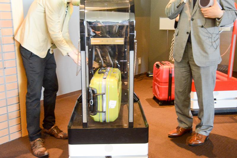 荷物もロボットが運ぶ