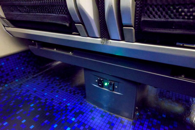座席の脚部にコンセントが2つあり、通路側の席でもPCやスマホの充電ができる