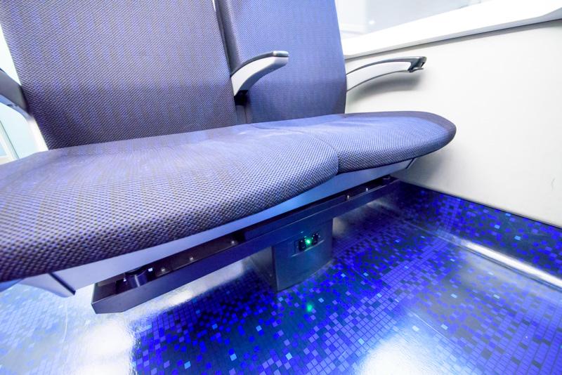 実は座席が回転するため、座席の下にもコンセントがある
