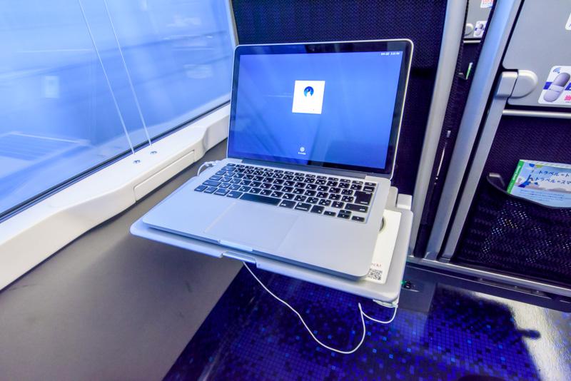 テーブルは耐荷重10kgでMacBookPro13インチよりも一回り大きい