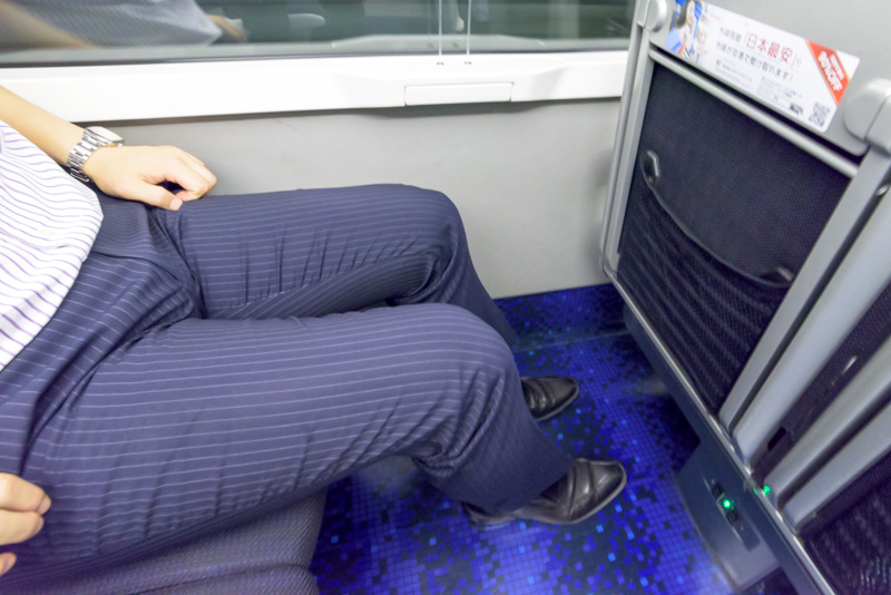 シートピッチは1050mmと大人の男性が座っても余裕がある